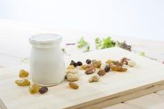 Υγιές άσπρο γιαούρτι με τα φρούτα και τα καρύδια Στοκ Φωτογραφίες