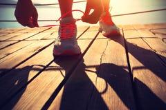 Υγιές δένοντας κορδόνι αθλητριών τρόπου ζωής Στοκ φωτογραφίες με δικαίωμα ελεύθερης χρήσης