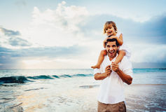 Υγιές αγαπώντας παιχνίδι πατέρων και κορών μαζί στην παραλία Στοκ Εικόνα