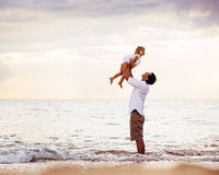 Υγιές αγαπώντας παιχνίδι πατέρων και κορών μαζί στην παραλία Στοκ Εικόνες