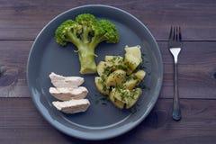 Υγιές γεύμα διατροφής - βρασμένα πατάτα και κοτόπουλο μπρόκολου Στοκ Εικόνες