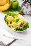 Υγιές γεύμα ικανότητας με τη φρέσκια σαλάτα σιτηρέσιο έννοιας Στοκ Εικόνες