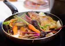Υγιές γεύμα που σιγοβράζει σε ένα τηγάνι στοκ εικόνες