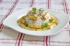 Υγιές γεύμα - ρύζι με ψημένο tofu που εξυπηρετείται στο διαιρεσμένο σε τετράγωνα τραπεζομάντιλο Στοκ Φωτογραφίες