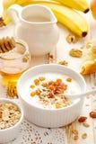 Υγιές γιαούρτι της Apple προγευμάτων με το muesli και φρούτα στο κύπελλο στον ξύλινο πίνακα Στοκ Φωτογραφίες