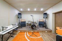 Υγιές δωμάτιο στούντιο πρόβας με την εξάρτηση τυμπάνων Στοκ φωτογραφία με δικαίωμα ελεύθερης χρήσης