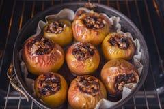 Υγιές επιδόρπιο, μήλο με τα καρύδια και ψημένη μαρμελάδα Στοκ εικόνα με δικαίωμα ελεύθερης χρήσης