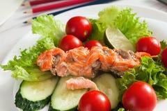 Υγιές επιχειρησιακό μεσημεριανό γεύμα στην αρχή, λαχανικά και κινηματογράφηση σε πρώτο πλάνο σολομών Στοκ Φωτογραφία