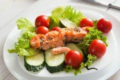 Υγιές επιχειρησιακό μεσημεριανό γεύμα στην αρχή, λαχανικά και κινηματογράφηση σε πρώτο πλάνο σολομών Στοκ εικόνες με δικαίωμα ελεύθερης χρήσης