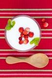 υγιές επιδόρπιο διατροφής με τα φρέσκα μούρα Στοκ εικόνες με δικαίωμα ελεύθερης χρήσης
