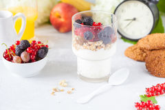 Υγιές ελαφρύ πρόγευμα: παρφαί με τα μούρα και το γιαούρτι, πορτοκάλι Στοκ Εικόνες