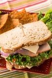 Υγιές ζαμπόν της Τουρκίας σάντουιτς τροφίμων μεσημεριανού γεύματος με τα τσιπ Στοκ Εικόνες