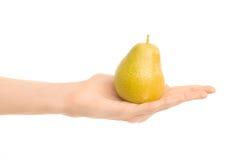 Υγιές θέμα κατανάλωσης και διατροφής: Ανθρώπινο χέρι που κρατά το κίτρινο αχλάδι απομονωμένο σε ένα άσπρο υπόβαθρο στο στούντιο Στοκ φωτογραφία με δικαίωμα ελεύθερης χρήσης