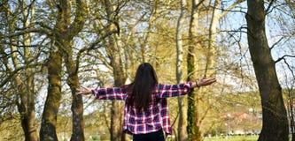Υγιές θηλυκό που κάνει τη γιόγκα στοκ φωτογραφίες