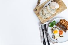 Υγιές ισορροπημένο πρόγευμα σε ένα γκρίζο πιάτο σε ένα άσπρο υπόβαθρο στοκ φωτογραφίες