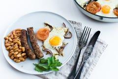 Υγιές ισορροπημένο πρόγευμα σε ένα γκρίζο πιάτο σε ένα άσπρο υπόβαθρο στοκ φωτογραφία με δικαίωμα ελεύθερης χρήσης