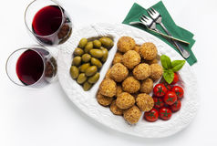 Υγιές ιταλικό ορεκτικό με το arancini σφαιρών risotto, πράσινο ol Στοκ Εικόνες