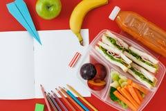 Υγιές καλαθακιών με φαγητό σάντουιτς λαχανικών σημειωματάριο άποψης χυμού τοπ Στοκ Εικόνες