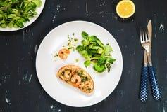 Υγιές καυτό σάντουιτς τις γαρίδες και την πράσινη σαλάτα που ντύνονται με με το έλαιο και το λεμόνι ελιών Στοκ εικόνες με δικαίωμα ελεύθερης χρήσης