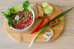 Υγιές κουάκερ φαγόπυρου με το τεμαχισμένο γλυκό κόκκινο πιπέρι Στοκ Εικόνα