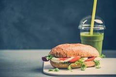 Υγιές κουλούρι σάντουιτς με τον πράσινο καταφερτζή στοκ εικόνα με δικαίωμα ελεύθερης χρήσης