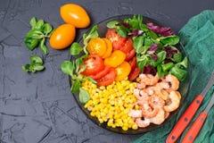 Υγιές κύπελλο μεσημεριανού γεύματος με τα λαχανικά και τις γαρίδες Στοκ Φωτογραφίες