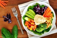 Υγιές κύπελλο μεσημεριανού γεύματος με το αβοκάντο, το hummus και τα λαχανικά Στοκ εικόνες με δικαίωμα ελεύθερης χρήσης