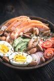 Υγιές κύπελλο με το σολομό, αβοκάντο, αυγό και vegs Στοκ Εικόνες