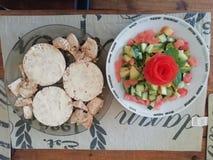Υγιές μεσημεριανό γεύμα ή πρόχειρο φαγητό στοκ φωτογραφίες
