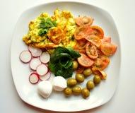 Υγιές μεσογειακό πρόγευμα με την ομελέτα, τυρί και veggies Στοκ Φωτογραφίες