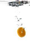 Υγιές νερό με την πορτοκαλιά φέτα. Πτώσεις Στοκ φωτογραφίες με δικαίωμα ελεύθερης χρήσης