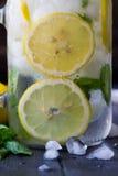Υγιές νερό με τη μέντα, τα τεμαχισμένα λεμόνια και τα αγγούρια Ποτό διατροφής Sassy νερό Σύνολο βάζων του Mason με τα τεμαχισμένα Στοκ εικόνα με δικαίωμα ελεύθερης χρήσης