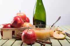 Υγιές οργανικό Applesauce με την κανέλα Στοκ εικόνα με δικαίωμα ελεύθερης χρήσης