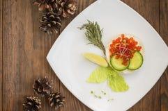 Υγιές ορεκτικό: σάντουιτς με το σολομό θάλασσας και κόκκινο χαβιάρι στο άσπρο πιάτο της Κίνας Ξύλινη ανασκόπηση Τοπ όψη στοκ φωτογραφίες