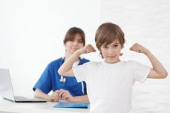 Υγιές παιδί στο γραφείο παιδιάτρων Στοκ φωτογραφία με δικαίωμα ελεύθερης χρήσης