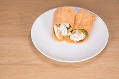 Υγιές περικάλυμμα σαλάτας κοτόπουλου που εξυπηρετείται στο άσπρο πιάτο Στοκ Φωτογραφίες
