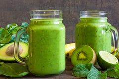 Υγιές ποτό πράσινος καταφερτζής με την μπανάνα, σπανάκι, αβοκάντο, kiw Στοκ φωτογραφία με δικαίωμα ελεύθερης χρήσης