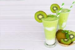 Υγιές πράσινο ποτό καταφερτζήδων χυμού γιαουρτιού μήλων ακτινίδιων στοκ εικόνες