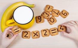 Υγιές πρόγευμα για παιδιά σχολείου Γάλα, μπανάνα και αστείος Στοκ Εικόνες