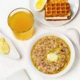 Υγιές πρόγευμα - δημητριακά με τις νιφάδες του σίτου, βρώμες Στοκ Φωτογραφία