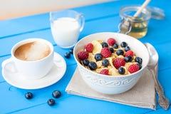 υγιές πρόγευμα δημητριακών με τον καφέ Στοκ Εικόνες