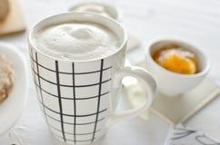 Υγιές πρόγευμα: καφές γάλακτος με τις φρυγανιές Στοκ Εικόνες