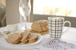Υγιές πρόγευμα: καφές γάλακτος με τις φρυγανιές Στοκ φωτογραφία με δικαίωμα ελεύθερης χρήσης