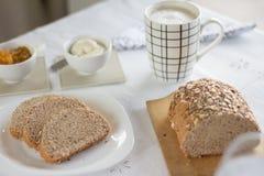 Υγιές πρόγευμα: καφές γάλακτος με τις φρυγανιές Στοκ φωτογραφίες με δικαίωμα ελεύθερης χρήσης