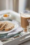 Υγιές πρόγευμα: καφές γάλακτος με τις φρυγανιές Στοκ εικόνες με δικαίωμα ελεύθερης χρήσης