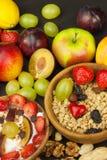 Υγιές πρόγευμα με τα δημητριακά και τα ζωηρόχρωμα φρούτα Γιαούρτι με τα φρούτα και oatmeal Γεύματα για τους επιτυχείς αθλητές στοκ φωτογραφίες με δικαίωμα ελεύθερης χρήσης