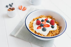 Υγιές πρόγευμα με τα δημητριακά και τα μούρα σε ένα ε Στοκ φωτογραφία με δικαίωμα ελεύθερης χρήσης