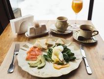 Υγιές πρόγευμα με τα λαθραία αυγά και καπνισμένο salm στοκ εικόνες