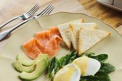 Υγιές πρόγευμα με τα λαθραία αυγά και καπνισμένο salm στοκ εικόνες με δικαίωμα ελεύθερης χρήσης