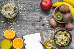 Υγιές πρόγευμα με τις βρώμες, τα φρούτα, τα μούρα, το αυγό, το μέλι και το χυμό από πορτοκάλι Στοκ Εικόνες